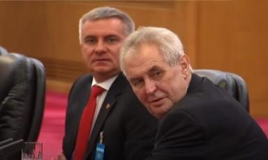 Miloš Zeman a Vratislav Mynář v Číně v roce 2017 (YouTube)