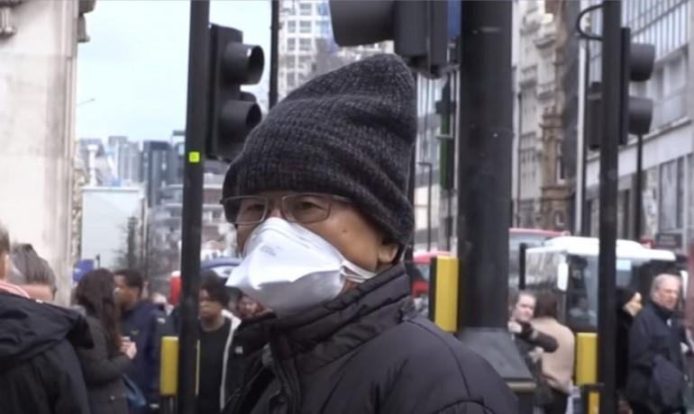 Londýnská ulice v květnu. Někdo s rouškou, někdo bez. (YouTube/SUN)