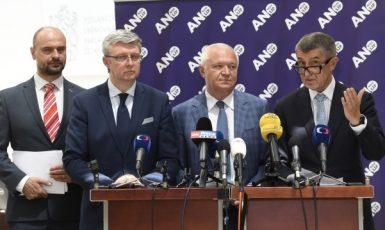 Poslanec Martin Kolovratník, ministr průmyslu a dopravy Karel Havlíček, předseda poslaneckého klubu Jaroslav Faltýnek a premiér Andrej Babiš  (všichni ANO)   (ČTK)