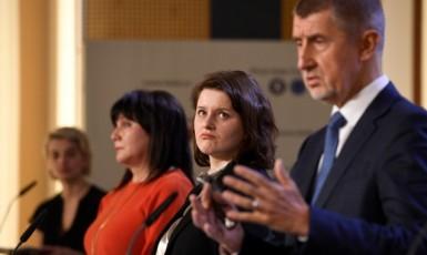 Zprava premiér Andrej Babiš (ANO), ministryně práce a sociálních věcí Jana Maláčová (ČSSD) a ministryně financí Alena Schillerová (ANO) (ČTK)