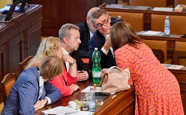 Premiér Andrej Babiš v obklopení svých ministrů v Poslanecké sněmovně (ČTK)