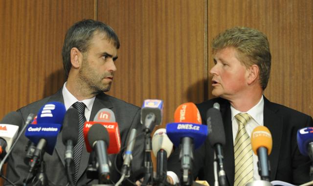Ředitel ÚOOZ Robert Šlachta a olomoucký vrchní státní zástupce Ivo Ištvan na tiskové konferenci 14. června 2013  (ČTK)
