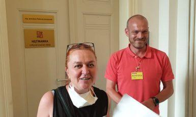 Občanští aktivisté Ivana Kudry a David Šteffel ze skupiny Covidens na úřadu Středočeského kraje  (Jarek Jesenský)