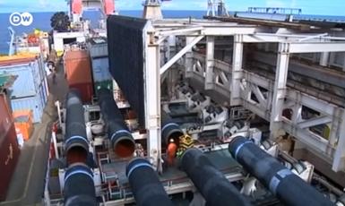 """Budování ruského """"politického"""" plynovodu Nord Stream 2 dál brzdí sankce (Printscreen DW)"""