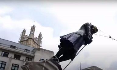 Socha otrokáře v Bristolu letí dolů. Je to znesvěcení? (youtube/BBC)