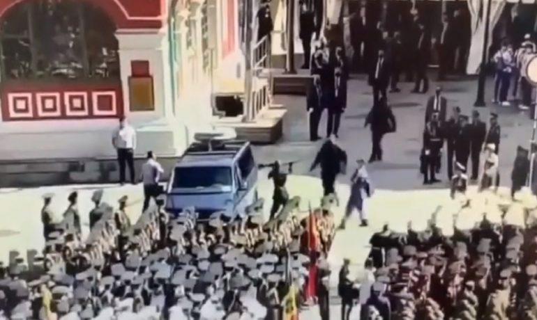 Voják Jeremenko rozbíjí okna auta bezpečnostní služby. (youtube)
