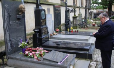 Dominik Duka u symbolického hrobu Milady Horákové (Twitter)