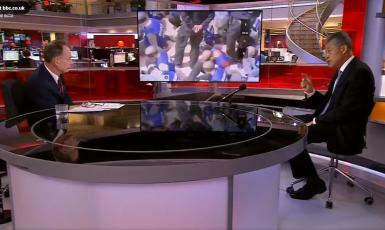 Moderátor BBC Andrew Marr: Proč jsou ti lidé v poutech a se zavázanýma očima vedeni do vlaků? Čínský velvyslanec ve Velké Británii Liu Xiaoming: Sin-ťiang je krásný...   (Screenshot BBC)