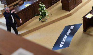 Předseda poslanců TOP 09 Miroslav Kalousek odhazuje ceduli s nápisem All Lives Matter. (ČTK)