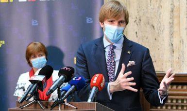 Ministr zdravotnictví Adam Vojtěch (ANO), za ním hlavní hygienička Jarmila Rážová (FB Úřad vlády)