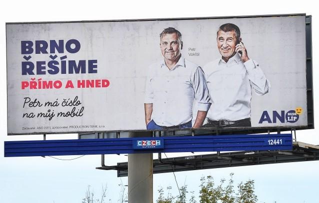 Petr Vokřál a Andrej Babiš na předvolebním billboardu hnutí ANO v roce 2018 (ČTK)