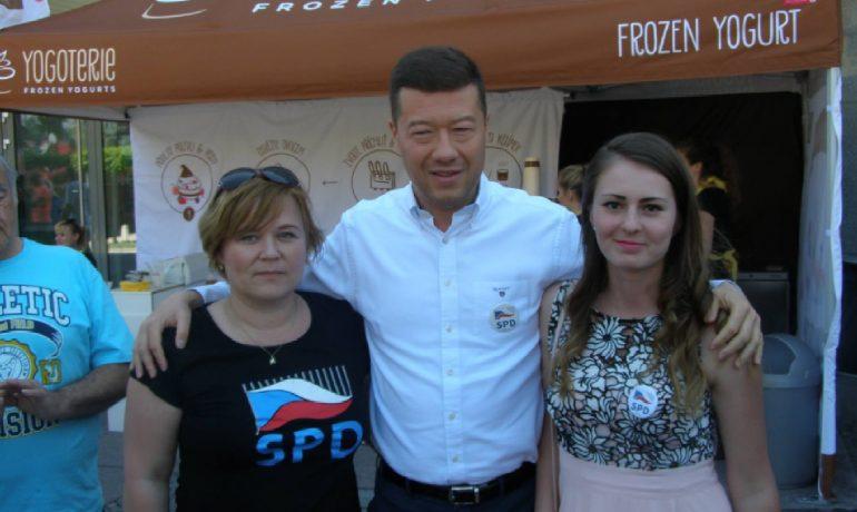 Tomio Okamura a Tereza Hyťhová (vpravo) v dobách velké vlastenecké jednoty. (Facebook T. H.)