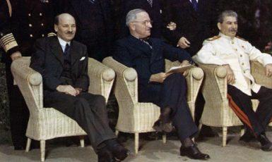 Attlee, Truman a Stalin během postupimské konference  (U.S. National Archives)