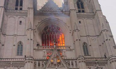 Požár gotické katedrály v Nantes zničil varhany i vitráže (Twitter ArchRevival)