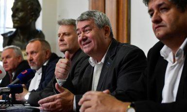 Ústřední výbor KSČM s předsedou Vojtěchem Filipem uprostřed. Po jeho pravé ruce Stanislav Grospič. (ČTK)