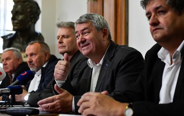 Ústřední výbor KSČM uprostřed s předsedou Vojtěchem Filipem. Po jeho pravé ruce Stanislav Grospič. (ČTK)