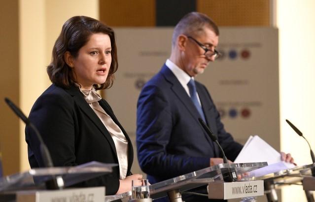 Ministryně práce a sociálních věcí Jana Maláčová (ČSSD) a premiér Andrej Babiš (ANO)  (ČTK)
