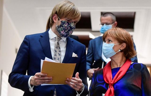 Bývalý ministr zdravotnictví Adam Vojtěch (ANO) a hlavní hygienička ČR Jarmila Rážová  (ČTK)