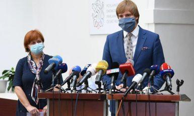Hlavní hygienička Jarmila Rážová a ministr zdravotnictví Adam Vojtěch (ANO) (FB)