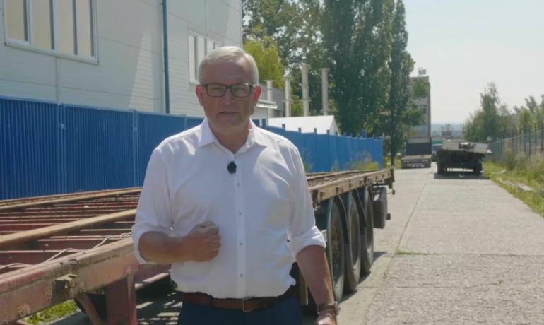 Senátor David Smoljak (nestraník za hnutí STAN) ukazuje absurditu v Běchovicích.  (screenshot)