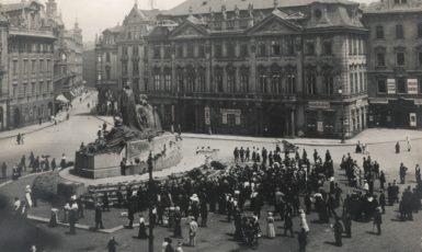Husův pomník na Staroměstském náměstí v Praze (1922) (FB)