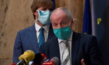 Dnes už bývalý ministr zdravotnictví Adam Vojtěch (ANO) a jeho nástupce Roman Prymula  (ČTK)