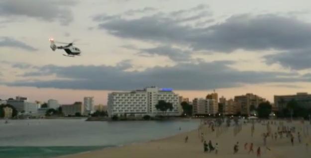 Vrtulník zahání z pláží na Mallorce nedisciplinované rekreanty.  (Youtube.com)