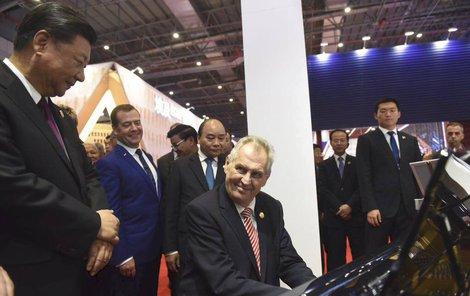 Miloš Zeman, prezident České republiky, jako servilní klaun čínského komunistického tyrana Si Ťin-pchinga (Šanghaj 2018) (FB)