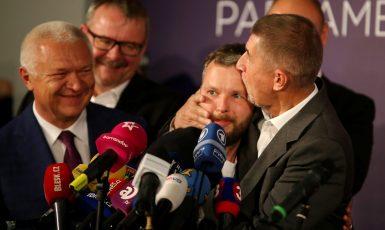 Andrej Babiš objímá marketéra Marka Prchala ve volebním štábu ANO v roce 2017 (ČTK)