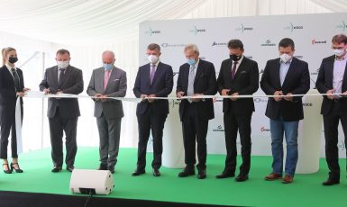Premiér Andrej Babiš zahajuje provoz pily ve Štětí (Twitter Úřadu vlády)