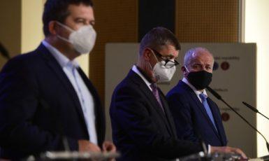 Ministr vnitra a šéf Ústředního krizového štábu Jan Hamáček (ČSSD), premiér Andrej Babiš (ANO) a nyní již bývalý ministr zdravotnictví Roman Prymula (za ANO)  (ČTK)