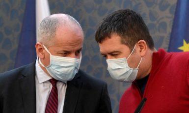 Ministr zdravotnictví Roman Prymula (za ANO) a ministr vnitra a Jan Hamáček (ČSSD)  (ČTK)