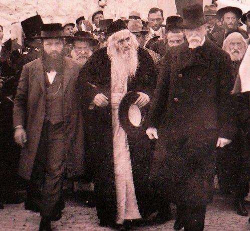 Prezident T. G. Masaryk v doprovodu rabína Chaima Sonnenfelda v Jeruzalémě (1927) (dobová pohlednice (výřez))