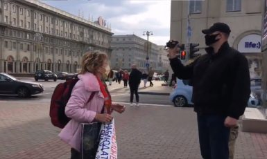 Bělorusko. Mužík v civilu si monitoruje protestující a nenechá se nijak rušit. (RFE/RL)