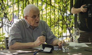 """Publicista a politický komentátor Bohumil Doležal hovoří na křtu své knihy """"V zemi babišismu a buranokracie"""" 12. srpna 2020. (Alena Spálenská)"""