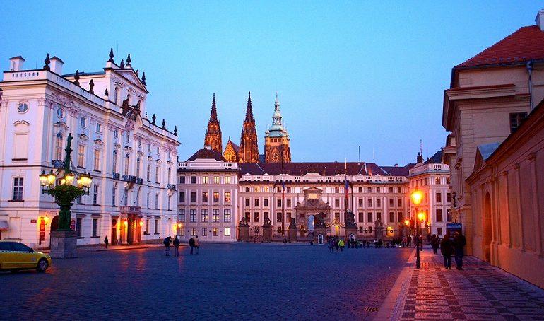 Arcibiskupský palác leží až příliš blízko Pražského hradu.  (wikipedie)