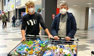 Premiér Andrej Babiš se svým synem před nákupním centrem (FB AB)