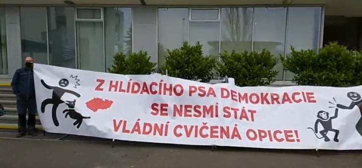 Občanští aktivisté protestují před Českou televizí proti odvolání Dozorčí komise a volbě nových členů. (Facebook Kaputin a Dekomunisti)