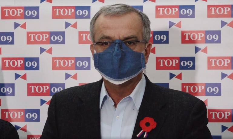 Předseda poslaneckého klubu TOP 09 a bývalý ministr financí Miroslav Kalousek  (printscreen ze záznamu z brífinku TOP 09)