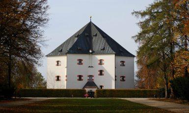 Letohrádek Hvězda nedaleko Bílé hory v Praze (wikipedie)
