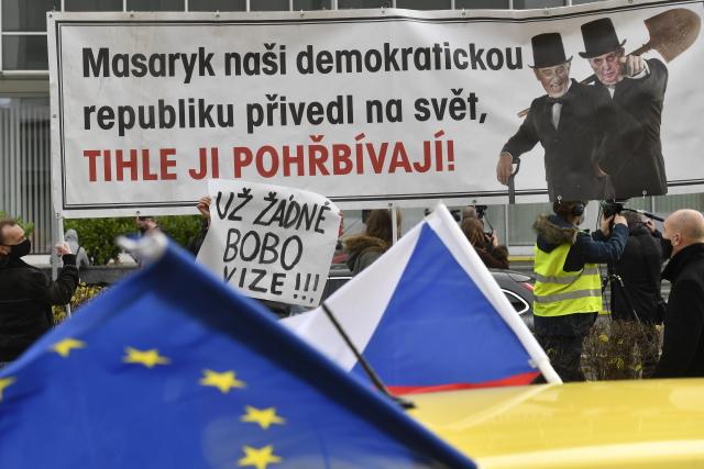 Před hlavním vchodem do budovy České televize v Praze demonstrují 17. listopadu 2020 lidé na obranu nezávislosti ČT a veřejnoprávních médií.  (ČTK)