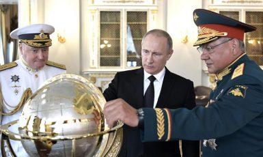 Admirál Jevmenov, prezident Putin a ministr obrany Šojgu. (profimedia.cz)