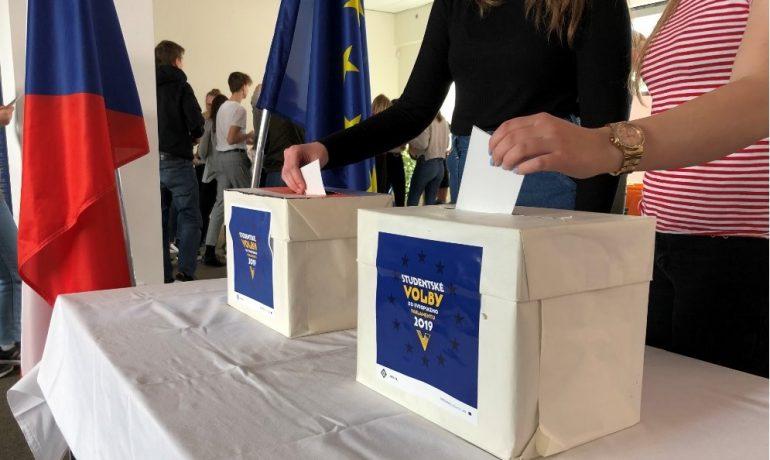 Jedním z nástrojů občanského vzdělávání středoškoláků jsou i tzv. studentské volby (Člověk v tísni)