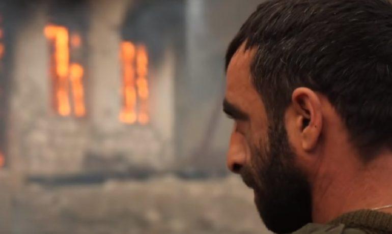 Mnozí Arménci teď opouštějí své domovy a zapalují je, aby se nedostali do rukou Ázerbájdžánců. (youtube/BBC)