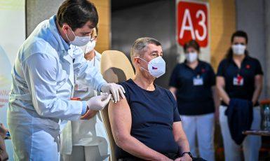 Premiér Andrej Babiš při očkování (FB Andreje Babiše)