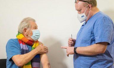 Britský herec sir Ian McKellen, představitel Gandalfa z Pána prstenů, byl v první vlně očkovaných. (NHS)
