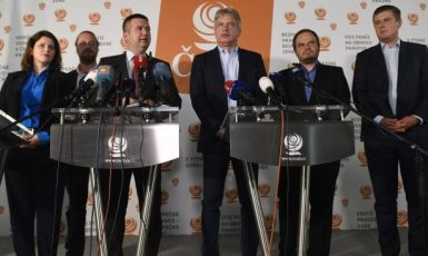 Předseda ČSSD Jan Hamáček (třetí zleva) a Jana Maláčová, Ondřej Veselý, Roman Onderka, Michal Šmarda a Tomáš Petříček ještě před dubnovým on-line sjezdem (ČSSD)