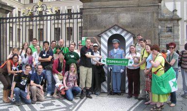 Esperantská mládež před Pražským hradem (2009) (wikipedie)