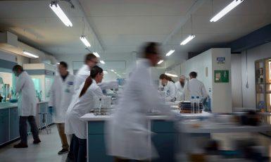 Laboratoř farmaceutické společnosti, ilustrační snímek (FB Pfizer)