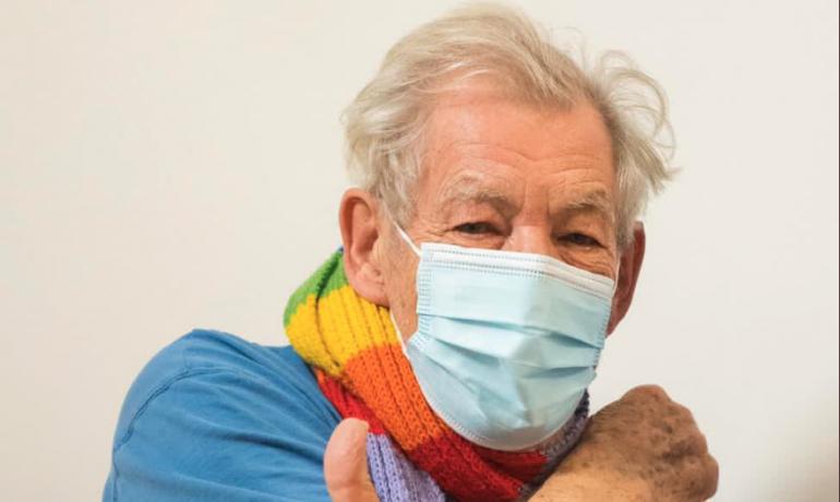 Ian McKellen je po očkování. (Twitter @NHSEngland)